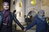 Musulmani creano scudo umano attorno a sinagoga. È successo ad Oslo