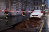 FOTO Auto sprofonda in una voragine in centro a Milano