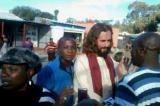 Gesù in Zambia venerato dai passanti. Ma si trattava di un turista italiano