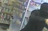 VIDEO Rapina una farmacia, viene arrestato e finisce sul web