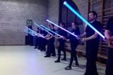 Combattimento con spade laser. Apre la scuola in stile Star Wars