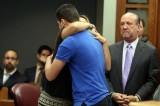 FOTO L'abbraccio di una madre all'assassino di sua figlia. Ecco perché