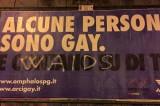 W Aids, scritte omofobe sui manifesti di Omphalos a Perugia