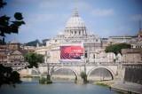 Cartellone pubblicitario Fiat oscura San Pietro. Lo scempio del Vaticano