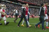VIDEO Festa della Mamma: i giocatori dell'Ajax entrano in campo con le mamme