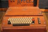 Smaltisce un vecchio computer, ma in realtà è un Apple I da 200.000 dollari