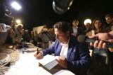 Schettino presenta il suo libro tra applausi, dediche e autografi
