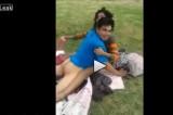 VIDEO Sesso in pubblico al parco, coppia filmata e insultata dal tassista