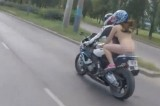 VIDEO Ragazza nuda in moto. È già viral