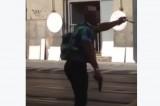 VIDEO Rapina al Banco di Napoli: il bimbo piange dalla paura, il papà lo ignora e filma