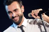 Marco Mengoni gira l'Italia in auto e chiede aiuto sul nuovo singolo