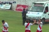 VIDEO Segna un gol e si tuffa in ambulanza per esultare