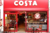 Il governo inglese alza il salario minimo e Costa non la prende bene