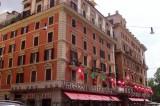 Roma, degrado all'Esquilino: tossico si buca in strada in pieno giorno