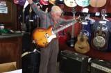 Nonno rock a 81 anni: lo spettacolare assolo di chitarra di Bob Wood
