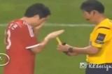 VIDEO Arbitro indeciso fa scegliere il cartellino al calciatore