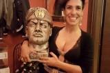 La foto di Desiré Manca, consigliera M5S, con il busto di Mussolini