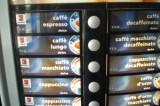 Infermiera si prende un caffè al distributore e rimane imprigionata