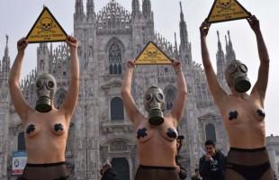 Seminude contro le pellicce: la protesta Peta in piazza del Duomo